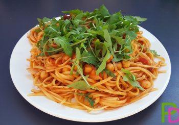 Makaron z ciecierzycą i rukolą w sosie pomidorowym
