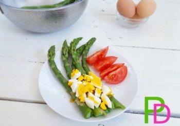 Szparagi z gotowanym jajkiem, masłem i bułką tartą