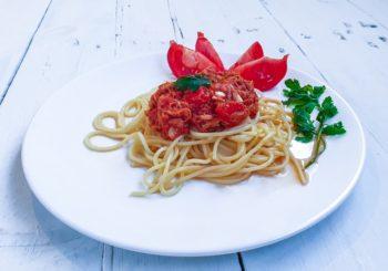 Pomysł na szybki obiad. Makaron z tuńczykiem i pomidorami.