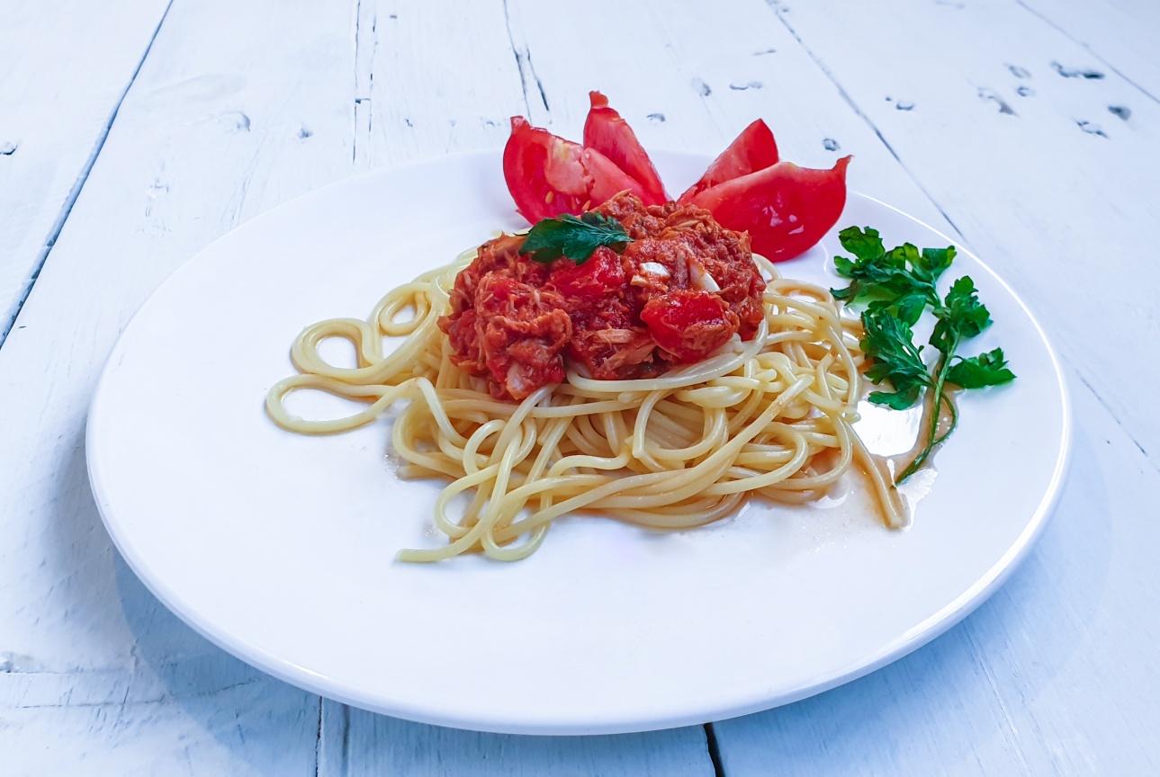 makaron z tuńczykiem i pomidorami