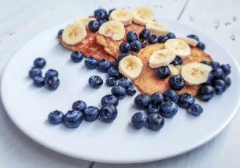 Pancakes FIT z płatkami owsianymi, bananem i borówkami.