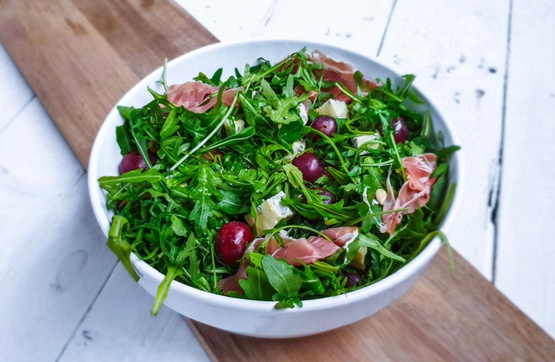 Pyszna, dietetyczna sałatka z winogronami i szynką parmeńską